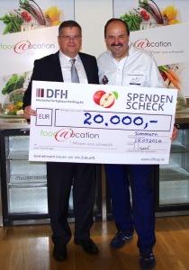 DFH-Chef Thomas Sapper (l.) übergab Johann Lafer den Spendenscheck. Foto: DFH